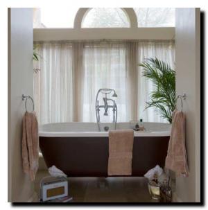 Традиционная ванная комната с арочным окном