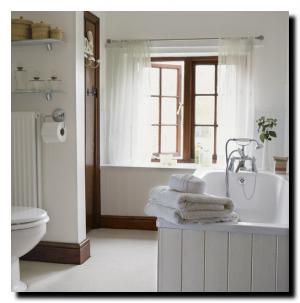 Простой дизайн белой ванной комнаты
